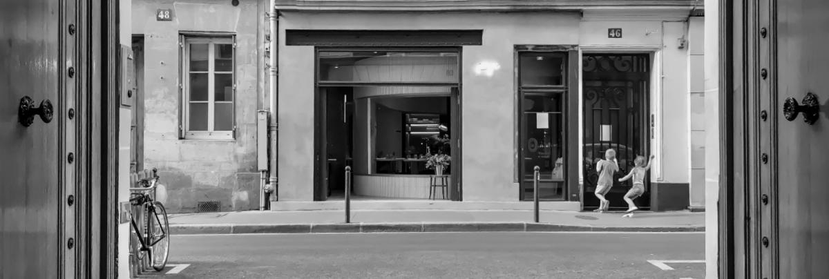 Devanture de PAPI Restaurant Noir et Blanc